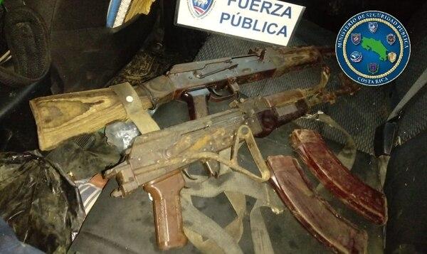 Uno de los sujetos llevaba las armas en una bolsa plástica. Foto: MSP.