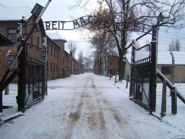 """Esta es la entrada al campo de exterminio alemán durante el invierno. La frase reza en alemán: Arbeit macht frei; que quiere decir en español """"el trabajo libera""""."""