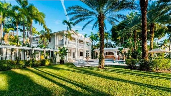 La mansión cuenta con un amplio terrano de zonas verdes. Telemundo.com