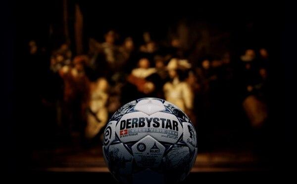 Con este balón se harán los goles a partir de agosto en Holanda. Foto: EREDIVISIE