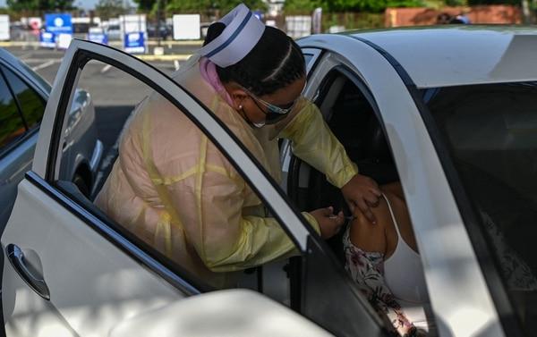Los voluntarios no dejan de llegar a los centros de vacunación. AFP