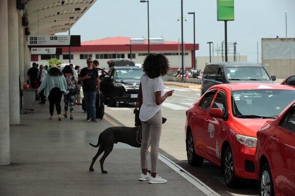 La Policia realiza operativos todos los días para tratar de localizar los carro Uber en el aeropuerto. foto Alonso Tenorio