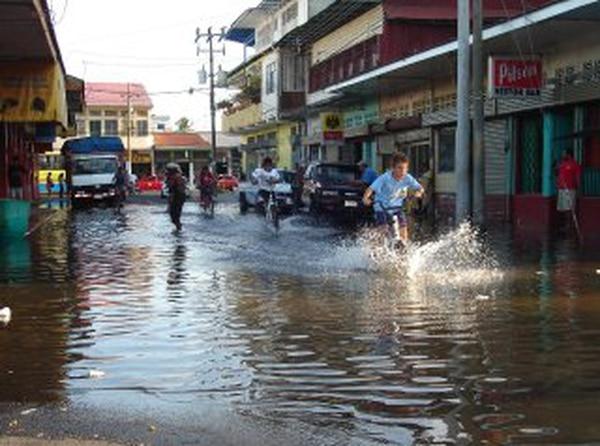 Esta imagen podría repetirse cada vez con más frecuencia en el centro de Puntarenas por efecto del cambio climático. Foto: Archivo