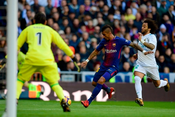 La primera salvada de Keylor ante el Barça se dio luego de este cañonazo de Paulinho en el primer tiempo. El tico sacó la redonda a una mano. AFP
