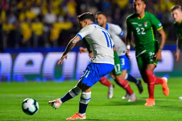Coutinho hizo el primer gol desde el punto de penal. AFP