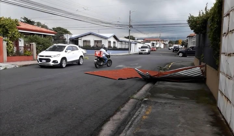 Torbellino causa daños en casas en Santo Domingo de Heredia. Foto cortesía.