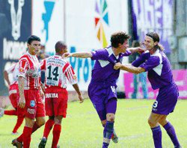 2004... Gabriel Badilla celebra su gol.