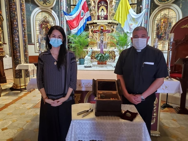 El 28 de noviembre Paula llevó todos los materiales que usará a la Basílica de Los Ángeles y el padre Francisco Arias se los bendijo. Cortesía.