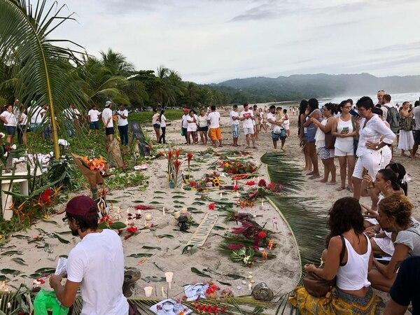 Los vecinos de Cóbano hicieron este miércoles una vigilia por la muerte de la mexicana María Trinidad Mathus. Foto: Cortesía.