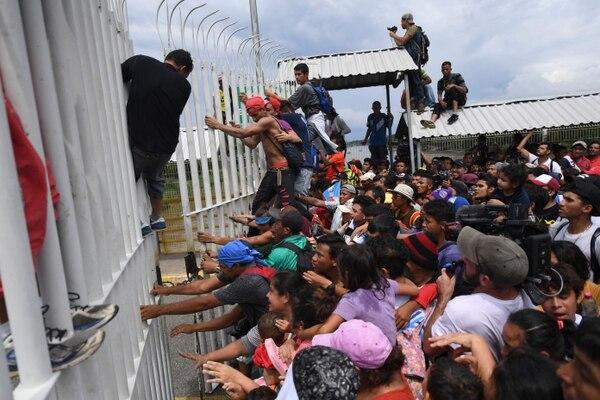 La crisis en Honduras ha hecho que miles de ellos abandonen su país con rumbo a Estados Unidos. Foto: AFP.
