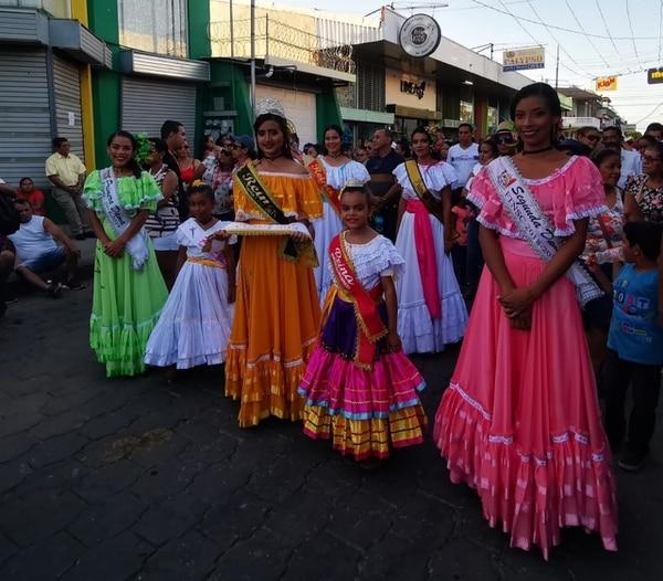Nayeli Matarrita (naranja) es la reina de las Fiestas Típicas Nacionales Santa Cruz 2020. Foto: Deyvi Grijalba