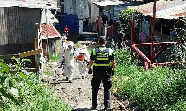 Los funcionarios usaron trajes de protección para evitar contagios. Foto: Municipalidad de San José.