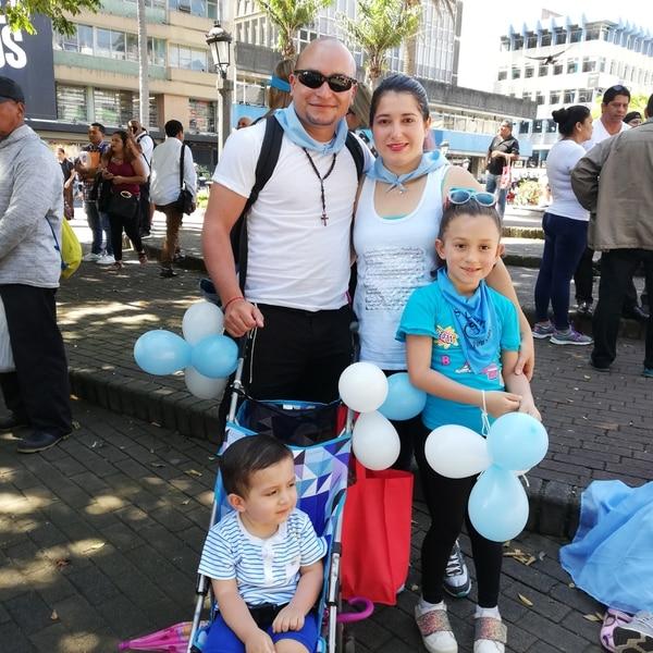 Don Marco, doña Florián, Felipe y Valery, una familia completa que marchó para decirle no al aborto. Foto Eduardo Vega Arguijo.