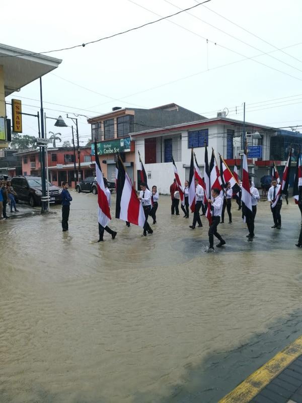 En Limón a los estudiantes no les importó ni las calles inundadas. Cortesía.