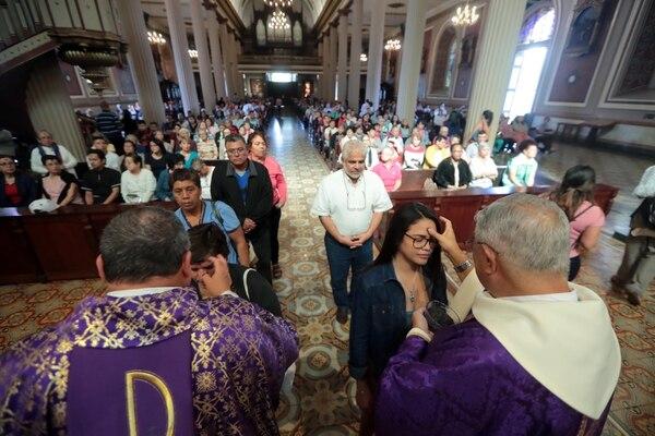 Este Miércoles de Ceniza no se pondrá la cruz en la frente, sino la ceniza sobre la cabeza. Foto Alonso Tenorio