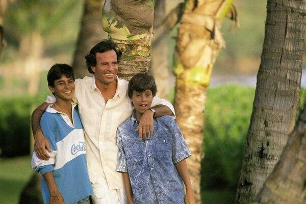 Julio Iglesias junto a sus hijos Julio y Enrique. Archivo GN.