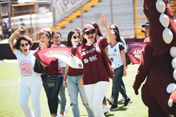 Diversas mujeres entre ellas, la doctora María Luis Ávila protestaron por la presunta llegada de Marcel Hernández al Saprissa. Foto: Prensa Saprissa