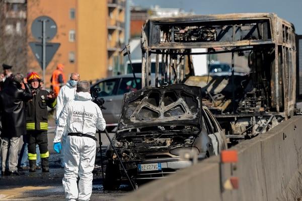 Los estudiantes pudieron salir del bus antes de que este se incendiara. AFP