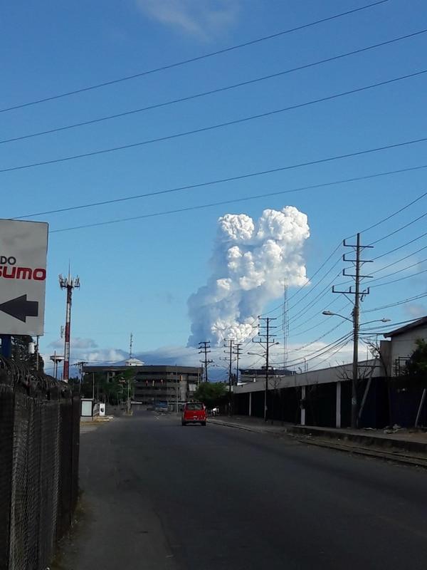 El pasado Jueves Santo el volcán Poás volvió a hacer erupción. EDUARDO VEGA.