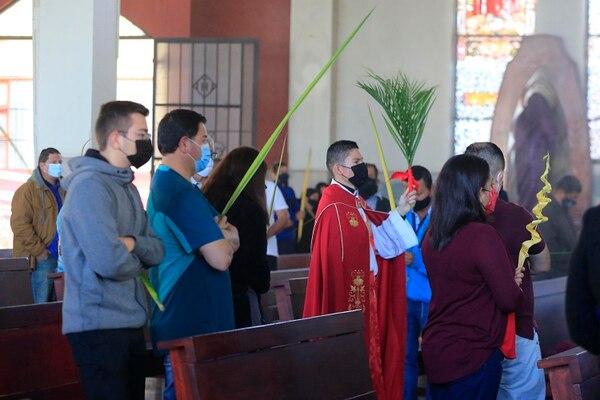 A las 6 de la mañana fue la primera misa de este domingo en la catedral de Cartago. Foto: Rafael Pacheco.