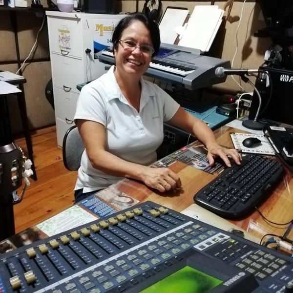 La cantante y compositora, Andreina Arce, es la productora general, además, compuso dos canciones para el disco. Foto Eduardo Vega Arguijo.