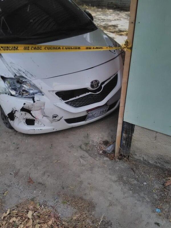 El carro sospechoso fue localizado por la Policía, pero el conductor sigue en fuga. Foto suministrada por Rebeca Álvarez.