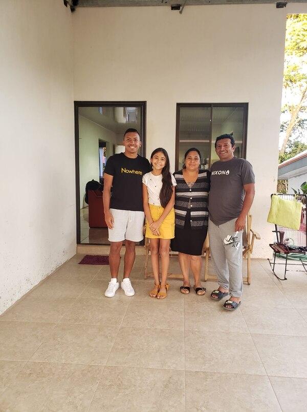 Andy Reyes subió esta foto a Facebook, con sus padres Julio y Rosalina y su hermana de once años Natalia. Foto: Cortesía.