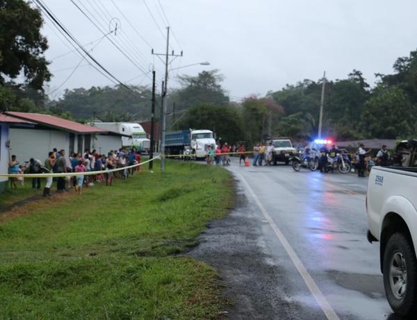 Muchos lugareños llegaron a ver el trabajo de los cuerpo de socorro. Foto: Reiner Montero.