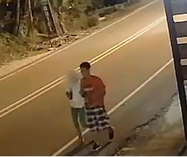 El hombre de la pantaloneta de cuadros es sospechoso de matar a Miriam Artavia, de 39 años. Foto: OIJ