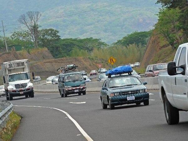 Que haya carril reversible no significa que usted puede correr como loco con su carro, más bien ande bien precavido. Foto Mayela López.