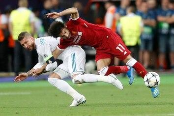 Sergio Ramos le comete una falta a Mohamed Salah, que a la postre sacaría al jugador egipcio del partido. (AP Photo/Efrem Lukatsky)