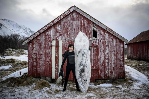 Hay que ser valiente para surfear con tanto frío. AFP