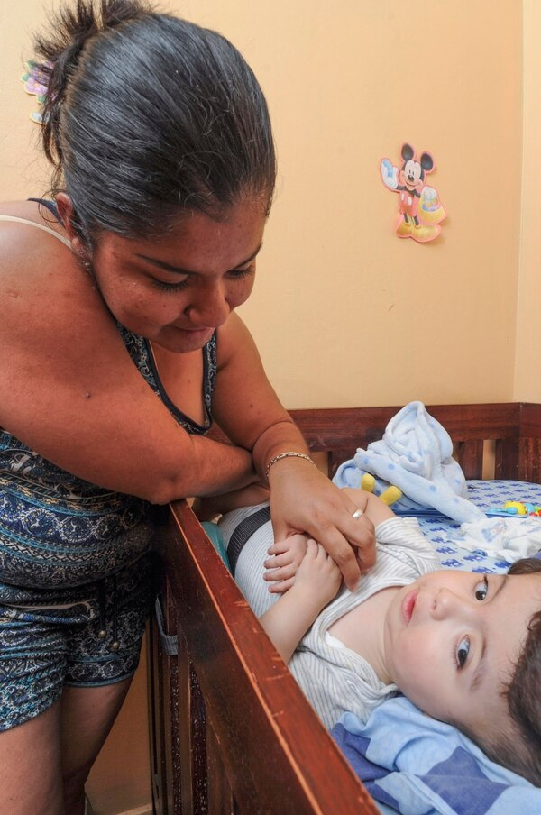 Evelyn Badilla contó que sus bebés cada día crecen más por lo que esperan que pronto tengan la piel necesaria para hacer la cirugía. Foto: Jorge Castillo