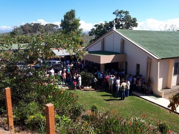 Fueron tantas las personas que llegaron al entierro que varios se quedaron fuera de la iglesia. Fotos Mario Cordero