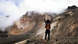 Irresponsables se meten ilegalmente al volcán Irazú para tomarse fotos en zona de deslizamientos
