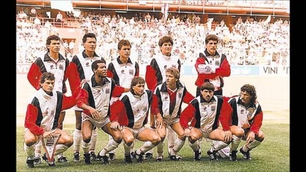 La Sele de Bora Milutinovic antes de jugar el partido frente a Escocia, el 11 de junio de 1990. Foto Archivo