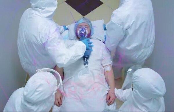 Finaliza el anuncio con un joven, después de la fiesta, en una sala de hospital. Captura de pantalla.