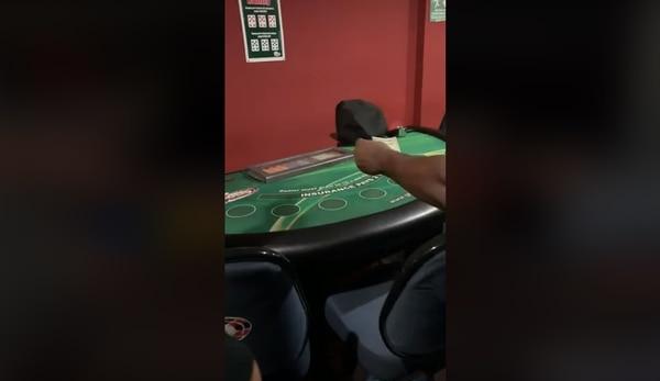 Al féretro lo colocaron frente a una mesa para simular que jugaba black jack. Captura de video.