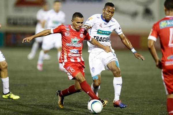 La garra y entrega del jugador Denilson Mason (rojo), regresarán este lunes al Santos. Fotografía José Cordero