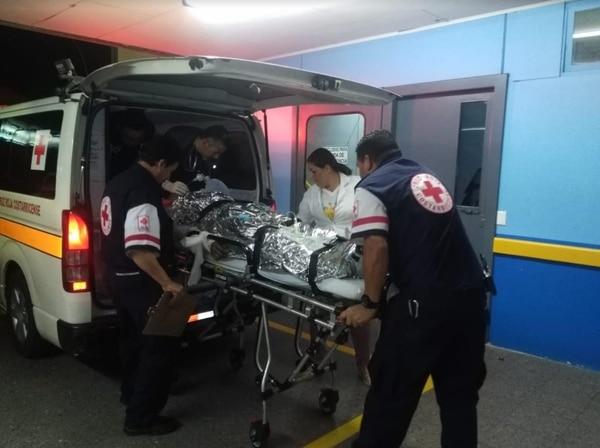 A eso de las ocho de la noche llegaron los indígenas al Hospital Max Peralta. Foto Keyna Calderón.