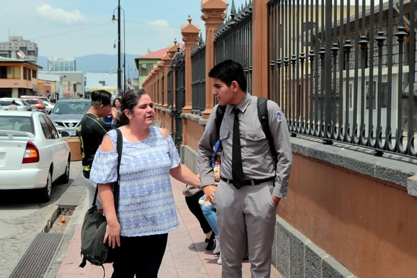 x12/03/2018 Doña Adriana Soto y Angel Bonilla estudiante del Liceo de Costa Rica, la mama esta por retirarlo del colegio por la falta de seguridad. Foto Alonso Tenorio