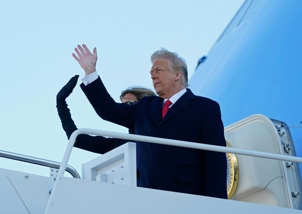 Donald Trump y Melania Trump se despidieron antes de abordar el Air Force One. AFP