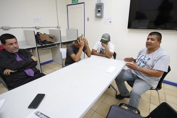 Don Édgar (de corbata) y don Óscar (de gris), además de John y Ricardo, nos compartieron sus vivencias como personas en indigencia y alcohólicos, en medio del guaro de la muerte que ya cobró 25 vidas. Foto John Durán.