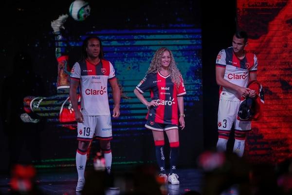 Jonathan McDonald y Esteban Marín enseñaron la vestimenta manuda de visitante en el Clausura 2018. Fotografía José Cordero