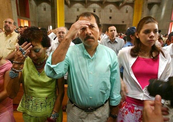 Daniel Ortega, Rosario Murillo y su hija Camila, van a tener que ponerse con Dios porque el rancho está ardiendo. (AP Photo/Esteban Felix, File)