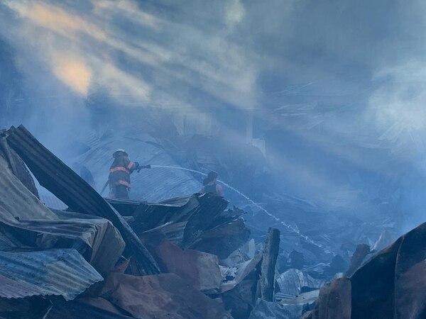 Unos 100 bomberos participaron en el control de la emergencia. Foto: Alonso Tenorio.