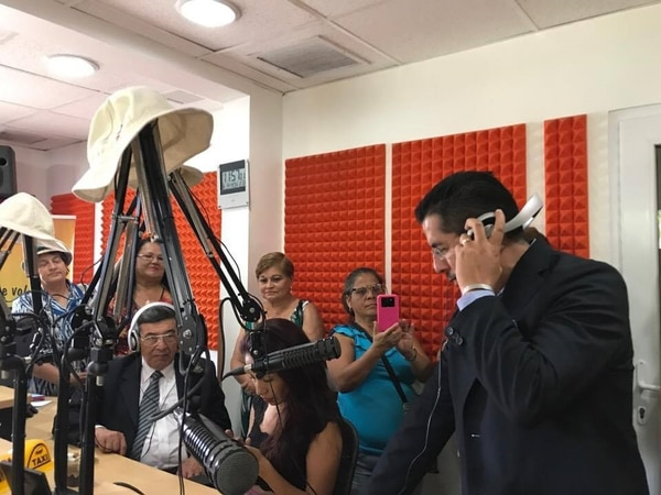 El cantante Benito López conversó con varias oyentes de la Q' Teja. Silvia Núñez