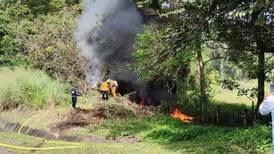 Hombre abandona a mujer dentro de carro en llamas para escapar de persecución policial