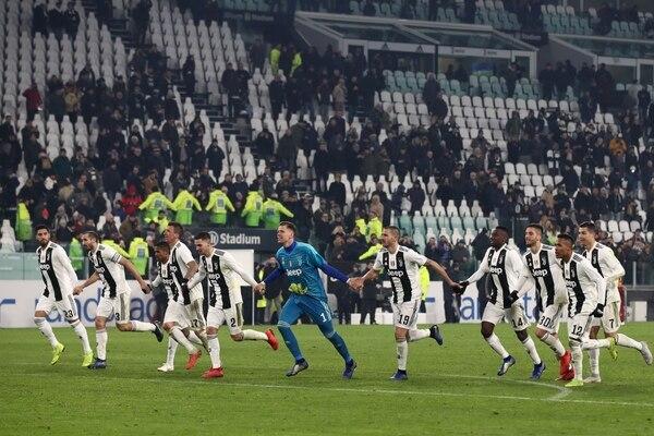 Los integrantes de la Juve, corren a celebrar con su afición una nueva victoria en liga. La de este sábado se dio contra el Roma 1-0. AFP