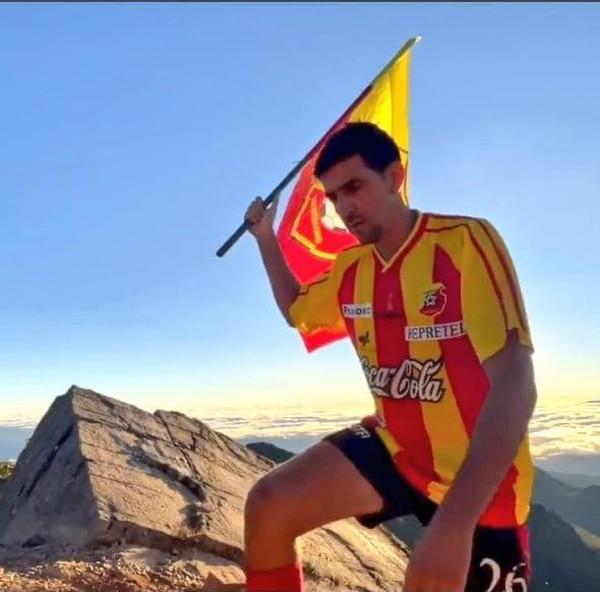Leo González a la hora de dejar la bandera en lo más alto de Costa Rica. Comisión Centenario.